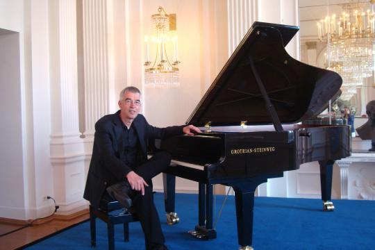Bar Pianist mit Piano Sängerin Sax DJ