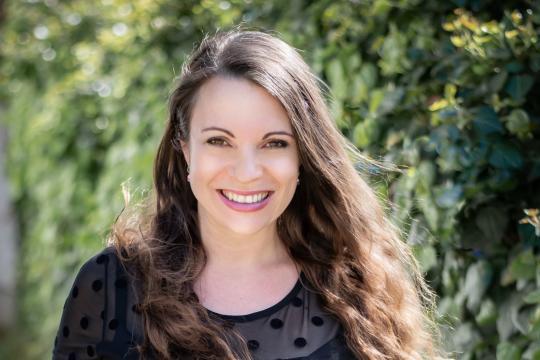 Freie Rednerin und Sängerin - Dina Regniet