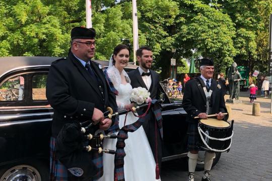 Britische Dudelsackspielerin mit günstigem schottischem Trommler!