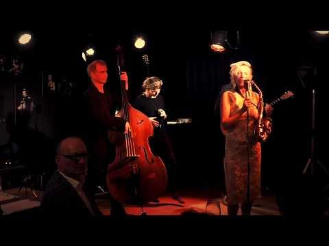 Video: SwingtoGo live in concert: Walkact mit Saxophon, Gesang, Bass und Gitarre auch mobil, hier auf der Bühne