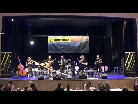 Video: Alphorn-Solo auf einem Stand-WC - heldenhaft