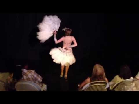 Video: 1920er Flapper-Burlesque-Act mit Dixie Dynamite: Charleston & Fächertanz