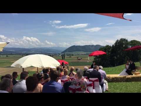 Video: Scharlachrot Patent Ochsner von Sängerin Helen Pfaff in Bern