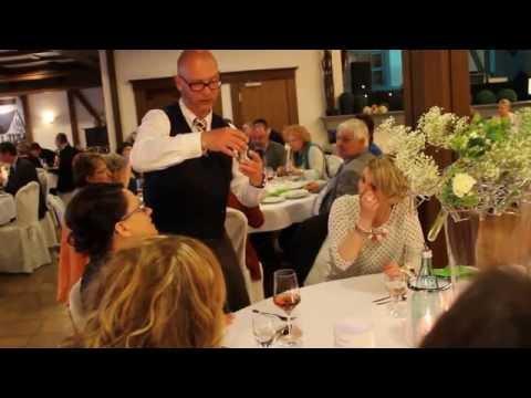 Video: Spaßkellner Wilfried zeigt einen Kartentrick - Mentalmagie mit Spielkarten!