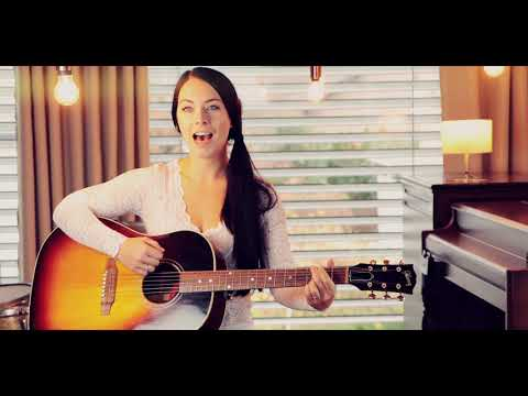 "Video: Helen Pfaff spielt Gitarre und singt ""How do I live without you"""