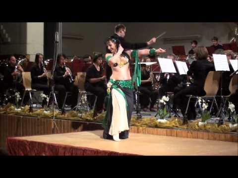 Video: Tanz zur Livemusik eines Blasmuikorchesters