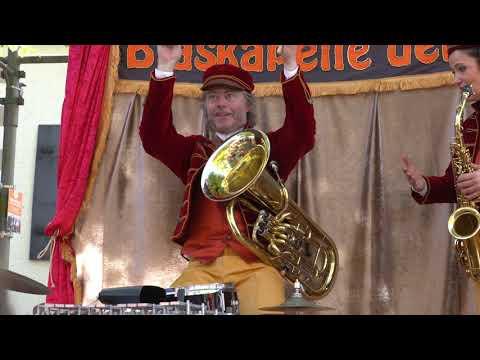 Video: Die Kleinste Blaskapelle der Welt - das mobile Strassenmusiktheater