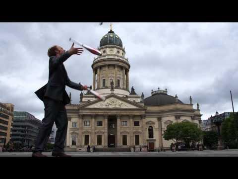 Video: Jongleur Johannes Arnold auf einem Spaziergang durch Berlin