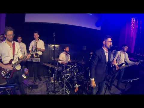 Video: Brass Tacks Band mit Sänger