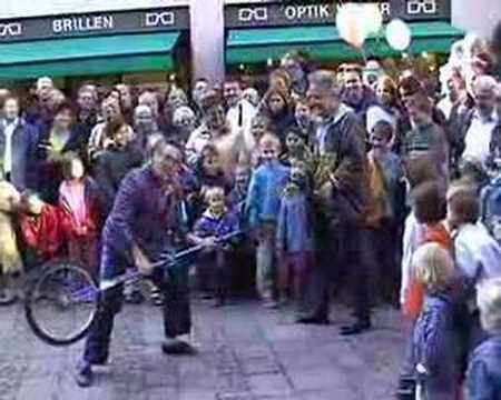 Video: Clown Tom Bolton mit Hochradartistik