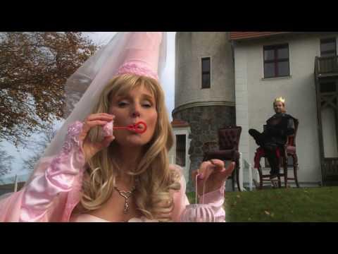 Video: Die Rosa Märchenfee wohnt sehr glücklich mit ihrem Prinzen auf Schloß Rosenburg.