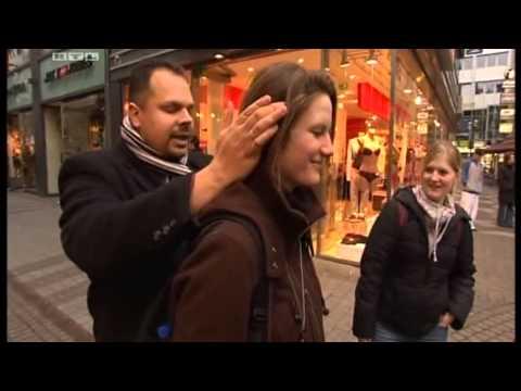 Video: Chester Sass liest die Gedanken in der Kölner Innenstadt