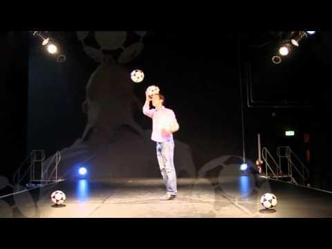 Video: Fussballjonglage vom Fussballjongleur Tobias Grün - Fussballshow vom Fussballartist